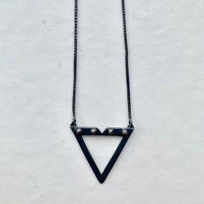 Maria Black Vicen Necklace i oxideret Sterling sølv fra kollektionen Occasional Dream. Længden kan justeres, så den kan enten være 73cm eller 80cm lang.