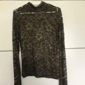 Blonde bluse i army grøn, str m.. brugt en gang😊Sender med Dao for 38 krKøb 3 ting fra min profil og jeg betaler fragt med Dao  BYTTER IKKE😊