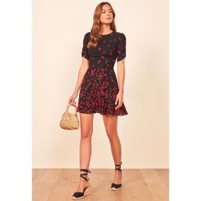 Gracie 🌹🌹  Sælger denne smukke kjole fra Reformation - virkelig flatterende!  Den er brugt én gang - juleaften. Kjolen er som ny. Sælges, da jeg ikke har fået den brugt mere og synes det er synd den bare hænger.   Størrelse 0 svarende til xs.   Prisen er fast, medmindre der bliver lagt et fornuftigt bud der er til at handle med. Gebyr er lagt i prisen, bytter ikke.  God sommer 🌻🌻