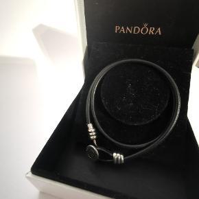 Pandora læder armbånd i en str. 2 Der kan komme charms på, blot klik af ved låsen og på igen.  Byd gerne