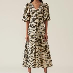 Sælger min udsolgte Ganni Tiger kjole, brugt 2 gange og fejler Intet :)