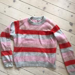 Sælger denne smukke sweater. Den er godt brugt, men er stadig i god stand.   Det er en str L men den er lille i størrelsen.   Der er en lille plet forrest (se billede 3)