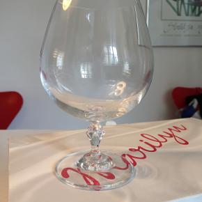 Glas, Cognacglas i krystal, Bohemia Marilyn 6 MEGET store og elegante cognacglas i krystal uden bly. De er så store, at de også kan bruges som lækre coktailglas. De er nye og ubrugte i originalemballage. Indhold: 400 ml Højde: Cirka 14,5 cm Diameter: Cirka 6,5 cm Nypris cirka 450 kr. Sælges samlet for 150 kr.