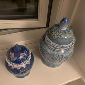 Fineste lågkrukker i mørkeblå og turkis💙  Turkis: 20 cm høj - pris 100 kr. Mørkeblå: 15 cm høj - 75 kr. Samlet 150 kr.