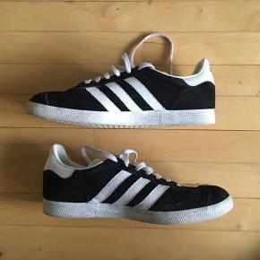 #30dayssellout  Adidas Gazelle Sort Str. 44 / 10 / 28 Skoene er lidt brugt, men fremstår stadig som nye.  Kan også afhentes i Kbh
