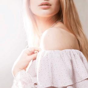 Smuk off shoulder bluse fra meget populære A-view.  Lyserød med lyse prikker.  Str m