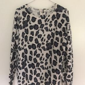 Sweater med dyreprint. Lynlås i ryggen. Skriv hvis I har spørgsmål #Secondchancesummer