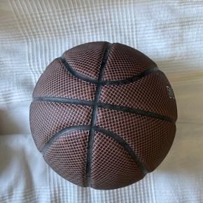 Jordan Basketball. FEJLER INTET. Brugt få gange. Kan sendes med Dao eller afhentes på Amager😊