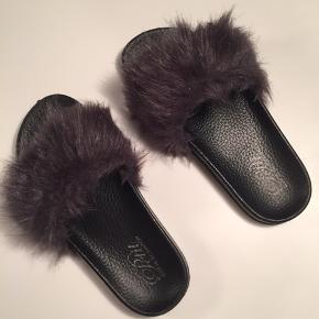 Skønne sandaler/tøfler med pels fra Petit by Sofie Schnoor. Passer til en fod på ca 20-20,5 cm.  Disse har kun været på et par gange, så standen er pæn.