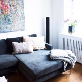 Sælger min skønne sofa, da jeg desværre ikke kunne have den med i min nye lejlighed. Den er kun brugt i et halvt år, den er imprægneret og står næsten som ny, inden tegn på slid eller andet. Rigtig nem at vedligeholde da den er imprægneret, ekstra imprægnering medfølger. Kan afhentes i Hjerndrup, 5 minutter fra Haderslev N afkørslen.  Kan skilles af i to dele
