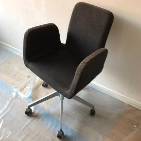 Pæn, velholdt og behagelig kontorstol af typen Patrik fra IKEA. Ryggen kan justeres frem og tilbage og sædet op og ned. Kun afhentning