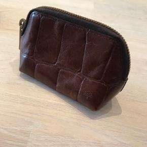 Lækker brun læderpung fra Mulberry. Fremgår med flot patina men ikke slid på hjørner eller lignende  Bund:9,5x5cm Højde: 7 cm