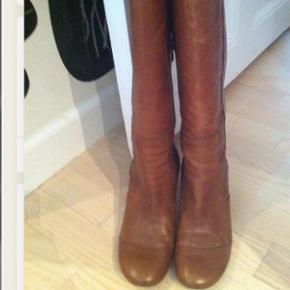 Lækre støvler i kalveskind fra Sofie Schnoor. De er brugt 1 gang og derfor i meget fin stand. Størrelsen er 36, men de er store og defor har jeg angivet dem som en str. 37 - det bruger jeg normalt. På det højeste sted måler hælen ca. 6 cm., men den sidder godt inde under foden, så de føles ikke så høje. Nyprisen var 1900,-