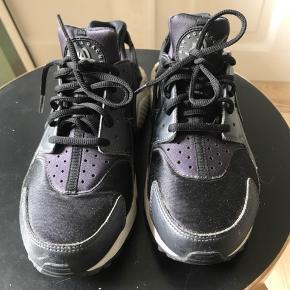Nike air Huarache. Sort og grå med lilla detaljer. Skoen er en str 38, men Jeg er normalt en 37 og den er for lille til mig. Jeg vil vurdere at den passer en 36. Fremstår som ny.