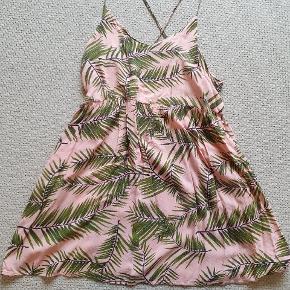 Sød Ganni kjole str m. Brugt en del har lidt fnuller nogen steder,men i flot stand. Prisen er sat derefter.