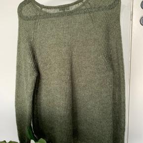 Tyndtstrikket trøje fra Magasin. Trøjen er brugt meget få gange, og fremstår som helt ny.   Mp: 100 + fragt