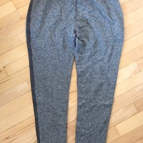 Fine sweatpants med lynlås lommer og flot grå stribe langs benet  Brugt men i rigtig fin stand   K8