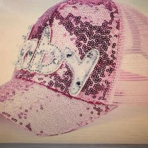 Yndig pink palliet kasket med flot Baby print  , rhinsten og perler Size : onesize - 2-10 år  52-55 cm Helt ny og ubrugt