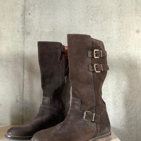 Vintage Tommy Hilfiger støvler i ruskind God kvalitet og er i super god stand Byd gerne