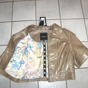 Superlækker lammeskinds jakke fra Onstage med det smukkeste inderfoer. Farven er en anelse lysere end på billederne, mest som sidste foto.