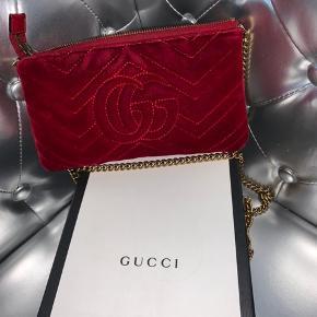 Gucci GG marmont mini bag i en flot Velvet rød med en flot guld kæde. Der en en ekstra lille lomme inden i, og plads til 6 kort.  Der er tegn på slid i hjørnerne, ikke noget vildt, men brugsslid. Flere billeder kan sendes