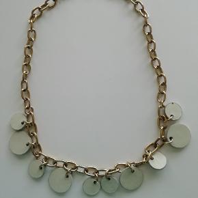 Guldbelagt kæde med læder cirkler