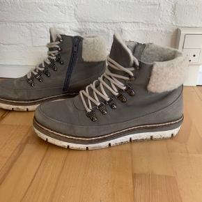 Lækre vinter støvler.   Sælger da jeg ikke kan passe dem længere. Brugt.