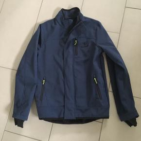 Hummel softshell jakke i støvet blå. Har været brugt max 3 X Nypris 1300kr Sender med DAO mod betaling📦
