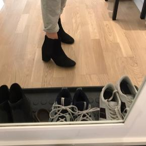 Fine sorte støvler i ruskindslook. Lidt slidt, sælges derfor billigt. Men super fine alligevel :-)