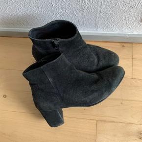 Ruskindet på skoen er godt slidt ned, prisen er derfor sat så langt ned