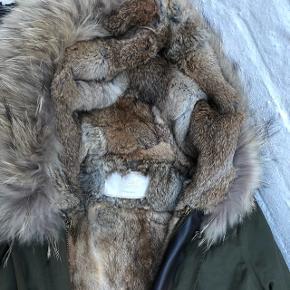 Den lækreste vinterjakke med aftageligt pelsfoer i kanin og ekstra stor pelskrave. Farven er armygrøn, og foer såvel som krave kan tages af, så jakken også kan bruges som overgangsjakke.  Så smuk og dejlig varm. Jeg har haft den på i 2 timer - så den er som ny, og tag følger med.  Nypris: 4500,-  Brystmål 50 cm x 2