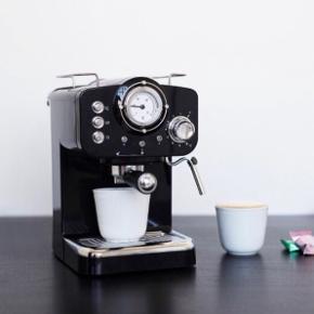 Caffe Lusso kaffemaskine med mælkeskummer. 6 måneder gammel, brugt en enkelt gang blot for at afprøve den. Sælges da jeg ikke selv drikker kaffe, og den bare står og fylder.