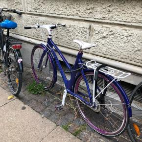 Lilla/hvid cykel fra Avenue i god kvalitet og stand, som sælges da jeg (desværre) ikke får brugt den 🌸