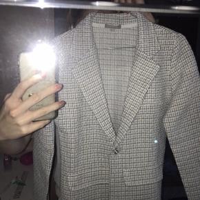 Rigtig sød blazer, kan også godt bruges som en let jakke som kan bruges ved alle lejligheder hvis jeg selv skulle sige det. Blazeren er kinda noget strik hvor lyseblå, hvid og en smule orange er blevet sammen til denne fine kombination❄️🧡🐚 Overhovedet ikke brugt. Byd!💞