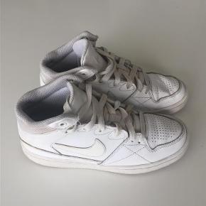 Varetype: Drenge Farve: Hvid Prisen angivet er inklusiv forsendelse.  Indvendig mål 23 cm.