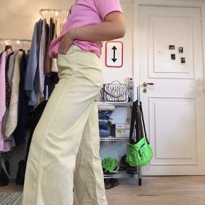 """""""Vida Denim Trs Pale Yellow"""" jeans Har forlommer, men ikke baglommer.   På sidste billede kan man se en plet på bukserne (venstre knæ) som jeg ikke har haft succes med at få af (har dog kun prøvet mig frem med vand og sæbe, så pletten kan sikkert komme af med lidt vanish) hvoraf prisen fremkommer billigt.   Skal nok også lige stryges en gang ;)"""