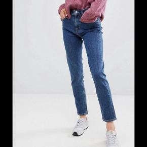 Sælger de her jeans for min mor i modellen 'Seattle' fra weekday, str. 29/30, de er næsten ubrugte og en fin model, lidt mom jeans-agtige i snittet :)