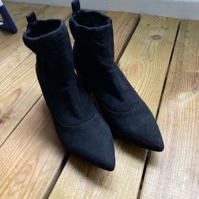 Jeg sælger disse helt nye elastik støvler fra Bianco, da jeg simpelthen ikke får dem brugt. De er ikke brugte overhovedet. De er perfekte til en tur i byen, hvis man ikke gider fryse om fødderne.   - Jeg bytter ikke. - Ingen returret.  - Køber betaler selv porto.