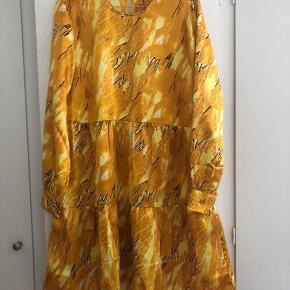 Rigtig fin kjole fra Pieces, der fitter en s-m:) Den er kun brugt en gang og er i rigtig god stand
