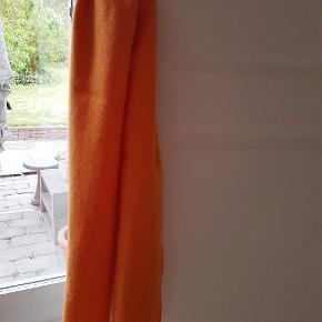 🧡Skøn appelsin orange farve. Made in Italy. 100% uld. Kradser ikke Mål: ca 136 × 27. Frynser ca 7cm lange. Fejlfrit!