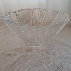"""2 skåle i serien """"PIROUETTE"""" i klart glas. PIROUETTE er designet af Torben Jørgensen for Holmegaard i 1986 Lille: H: 7,5cm - D: 13,0cm Stor: H: 10,0cm - D: 19,0cm Begge skåle er helt uden skår eller skrammer og fremstår som nye. Sælges samlet Evt. fragt betales af køber"""