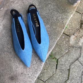 🦕  Smukke cowboyblå flats til hverdag og fest. Har elastik om hælen overtrukket med velour.  Aldrig brugt.   Står til at være en str 38, men passer mere en 39.   Kan sende på købers regning 🚛  ‼️SE OGSÅ MINE ANDRE ANNONCER‼️