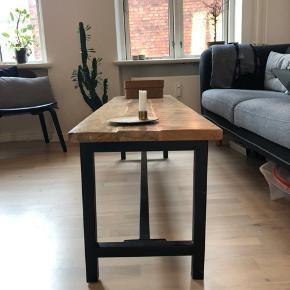 Flot bænk som for eksempel kan bruges til sofabord, eller blot som bænk.   150cm lang, 40cm bred og 46cm høj. Skal afhentes i Aarhus (det er lidt tungt) ☺️
