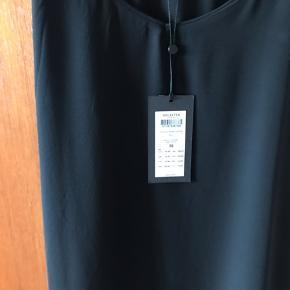 Flot kjole i sort fra Selected Femme Str 38. Aldrig brugt