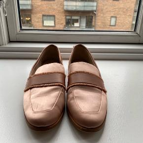 Zara woman pink satin loafer. Size 38. Couple small wear and tear marks as per picture, great condition otherwise.