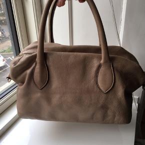 Brugt brun læderhåndtaske fra Patrizia Pepe med nitter foran. Mangler en guld nitte pg har et par små pletter (se billeder). men har mange gode år i sig endnu, rigtig lækker kvalitet