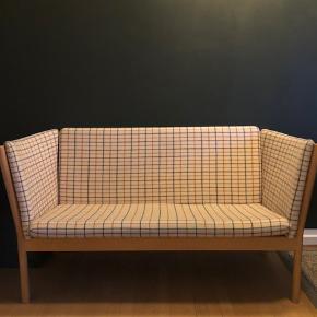 Erik Jørgensen 2 Pers sofa. Hynder betrukket med ternet uld.  I flot stand !