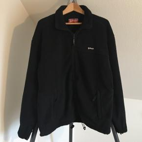 Schott fleecejakke størrelse L i sort med lynlås og som kan spændes ind i bunden.Sælger tilbyder: 📦 fragt.