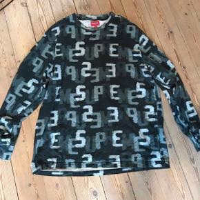 Rimelig rare Supreme sweatshirt, som er super behagelig at have på. Skal kun be om 450 kr for den - ellers BYD :)