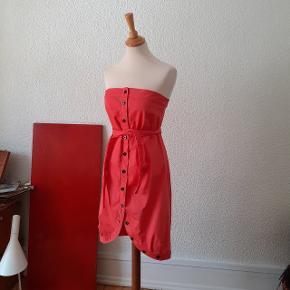 Bryst fladt. 42,5 cm. Bryst strækket: 47 cm. Lib: 44 cm. Længde m. Bag: 75,5 cm. .  Bagpå ved øverste kant er der et stykke elastik for at den skal sidde til.